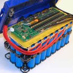 Ultimatron LiFePO4-Batterie 100Ah von innen: 68 Rundzellen. Oben das 150A-BMS.